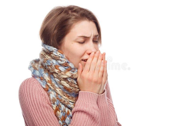 Het zieke vrouwelijke niezen op wit royalty-vrije stock foto