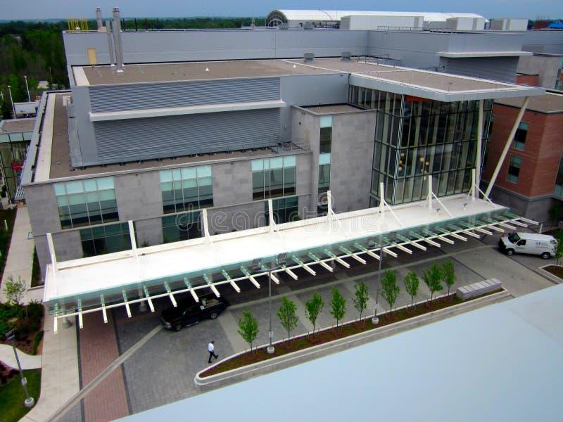 Het ziekenhuis complex satellietbeeld met straat en planters, bomen vooraan royalty-vrije stock afbeeldingen