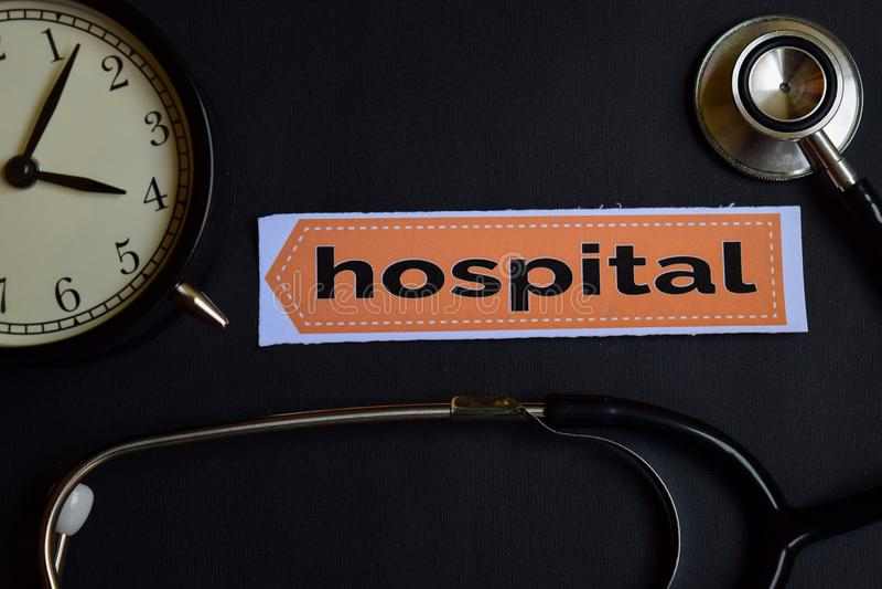Het ziekenhuis op het drukdocument met de Inspiratie van het Gezondheidszorgconcept wekker, Zwarte stethoscoop stock afbeeldingen