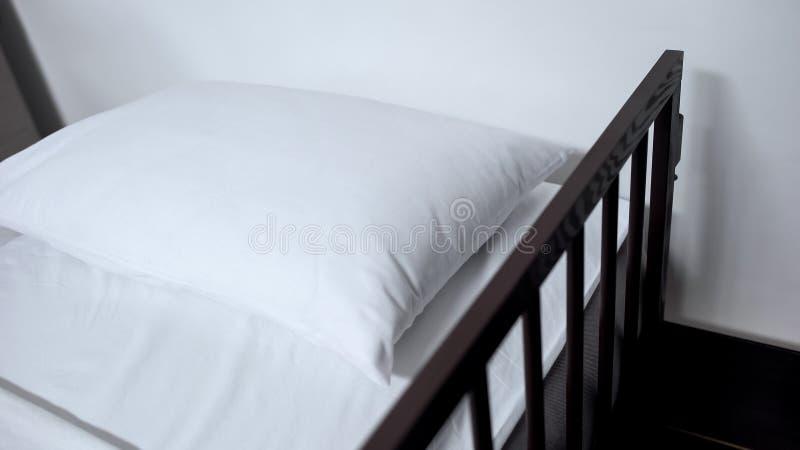 Het ziekenhuisbed met linnen, orthopedisch matras en hoofdkussen voor goede rehabilitatie stock fotografie