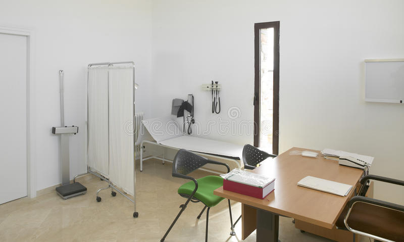 Het ziekenhuisbinnenland. Artsenbureau met meubilair. stock afbeeldingen