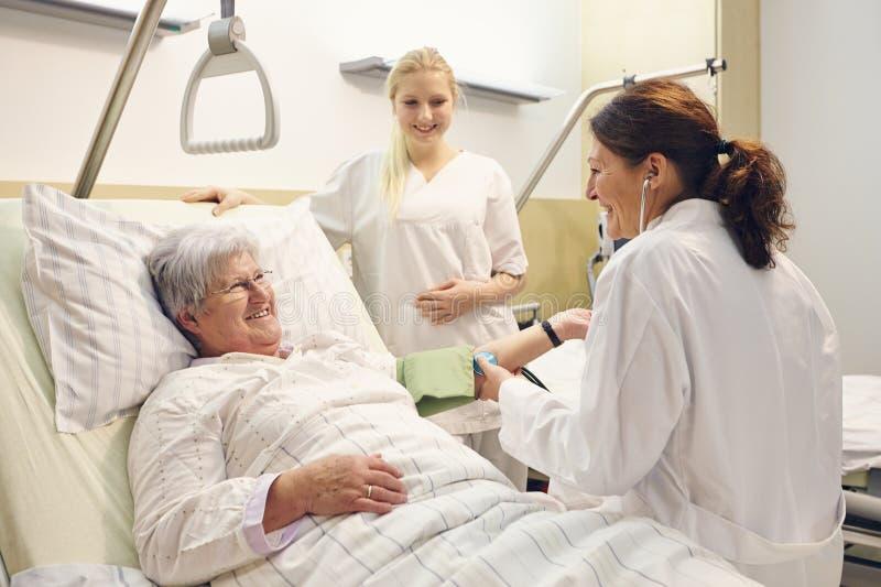 Het ziekenhuispatiënt artsenverpleegster stock afbeelding