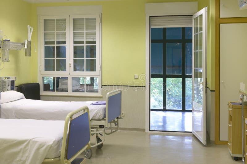 Het ziekenhuisruimte met bedden en meubilair. royalty-vrije stock afbeeldingen