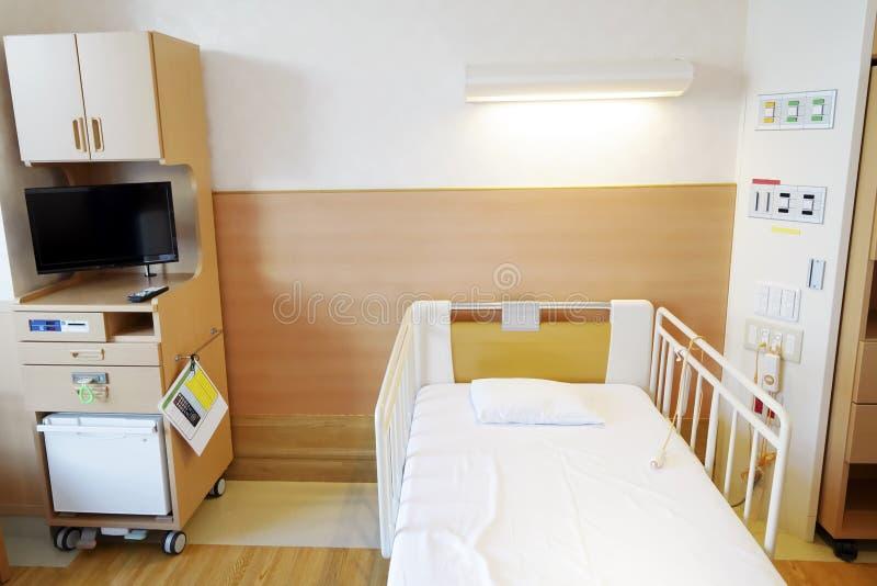 Het ziekenhuisruimte met leeg bed stock foto