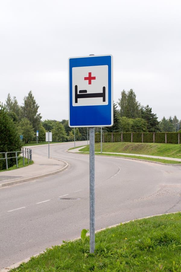 Het ziekenhuisteken naast de weg royalty-vrije stock foto's