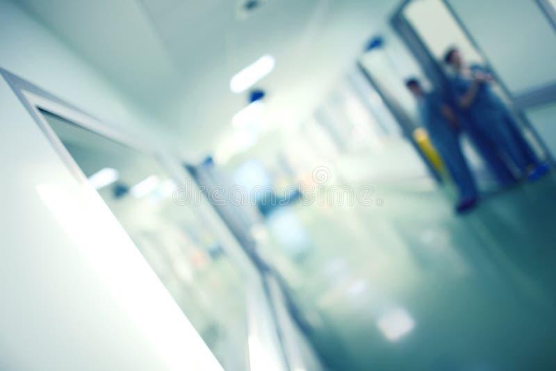 Het ziekenhuiszaal met bevindende arbeiders stock foto