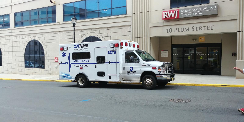 Het ziekenwagen geparkeerde buitenziekenhuis royalty-vrije stock foto