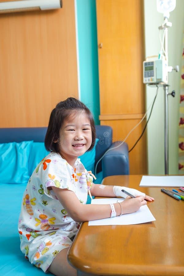 Het ziektemeisje liet in het ziekenhuis toe terwijl zoute intraveneuze IV op hand stock afbeelding