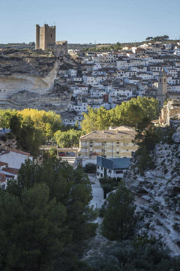 Het zijaanzicht van het dorp, bovenop kalksteenberg is situat stock foto