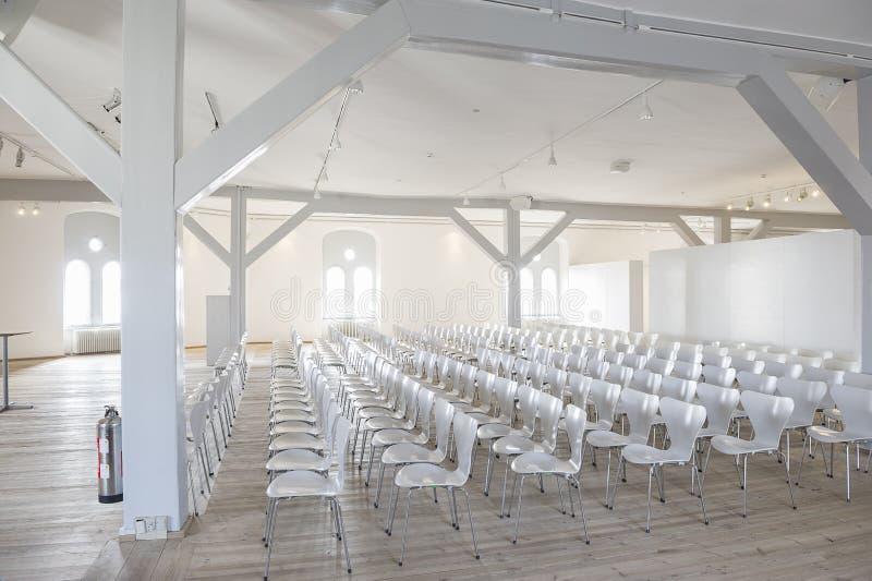 Witte zetels in een helder luchtig trefpunt stock afbeeldingen