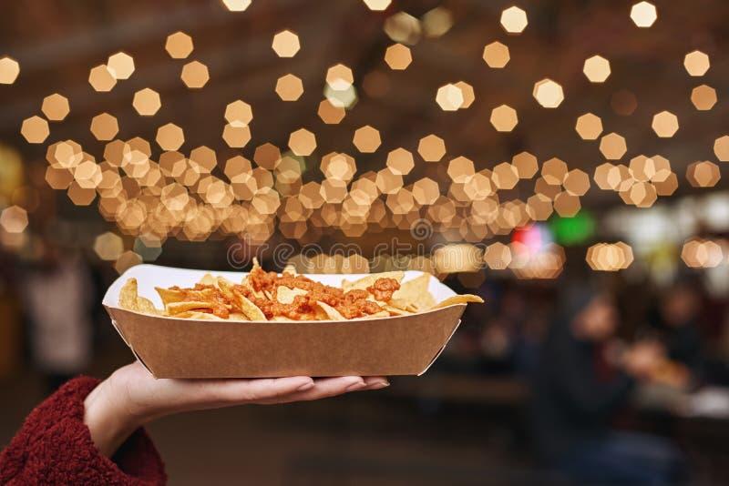 Het zijaanzicht van Mexicaanse nachos van de voedselschotel bedriegt carne Het concept Mexicaanse keuken stock fotografie