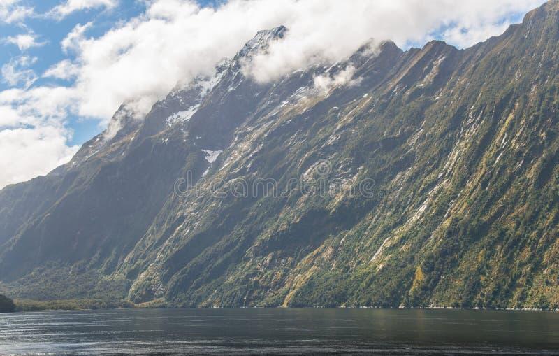 Het zijaanzicht van Mitre Piek is een iconische die berg in het Zuideneiland Nieuw Zeeland, op de kust van Milford-Geluid wordt g royalty-vrije stock foto