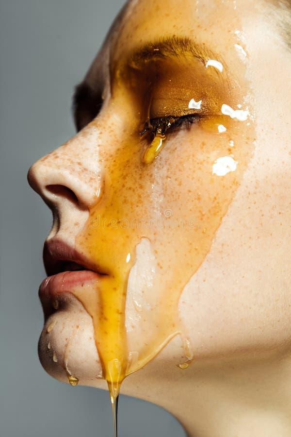 Het zijaanzichtportret van het close-upprofiel van mooie jonge donkerbruine vrouw met sproeten en honing op gezicht met gesloten  royalty-vrije stock fotografie
