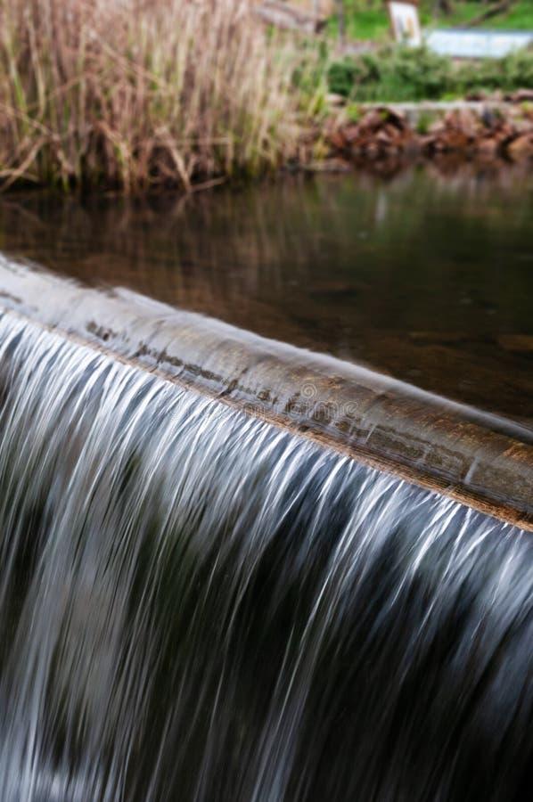 Het zilverachtige water gieten over drempel royalty-vrije stock foto