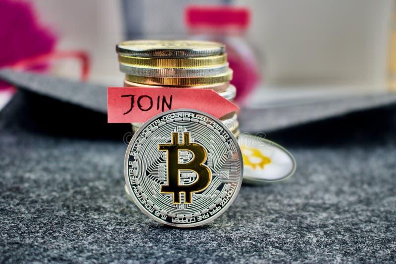 Het zilveren bitcoinmuntstuk en sluit zich aan bij pijl stock afbeelding