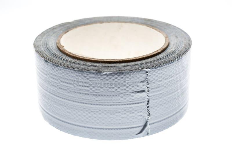Het zilveren die buisgaffer broodje van de reparatieband op wit wordt geïsoleerd royalty-vrije stock foto's