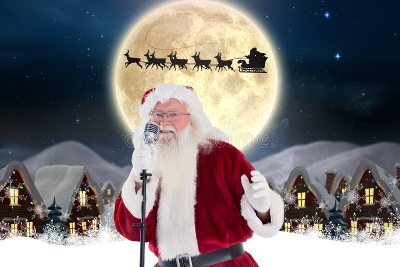 Het zingen van de Kerstman Kerstmislied in microfoon royalty-vrije stock foto's