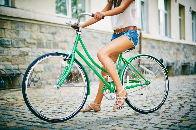 Het zitten op fiets stock fotografie