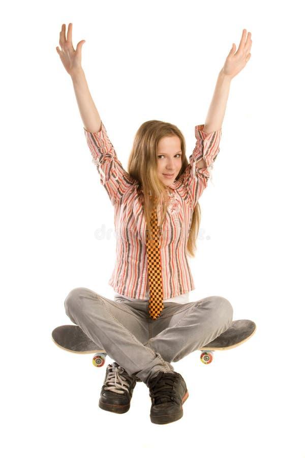 Het zitten op skateboard royalty-vrije stock afbeeldingen