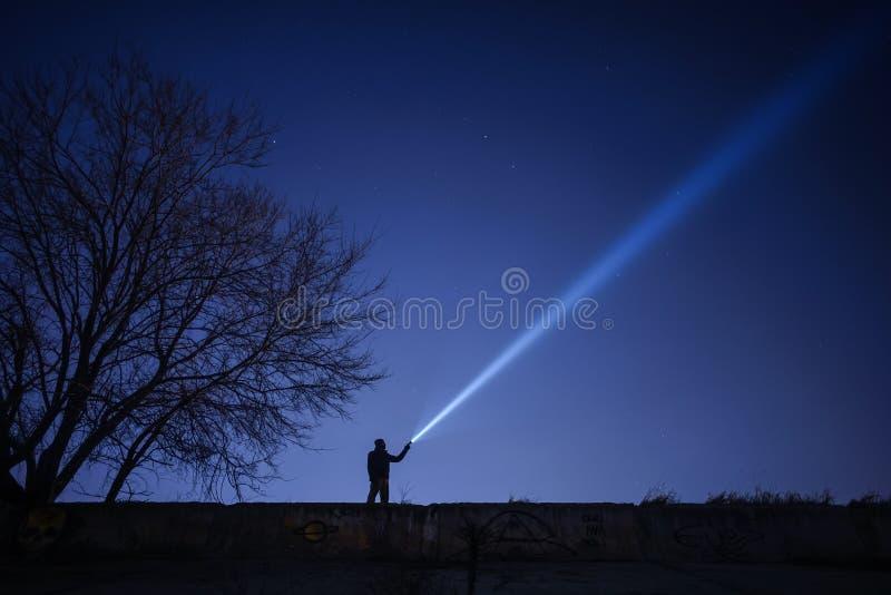 Het zoeken met flitslicht royalty-vrije stock fotografie