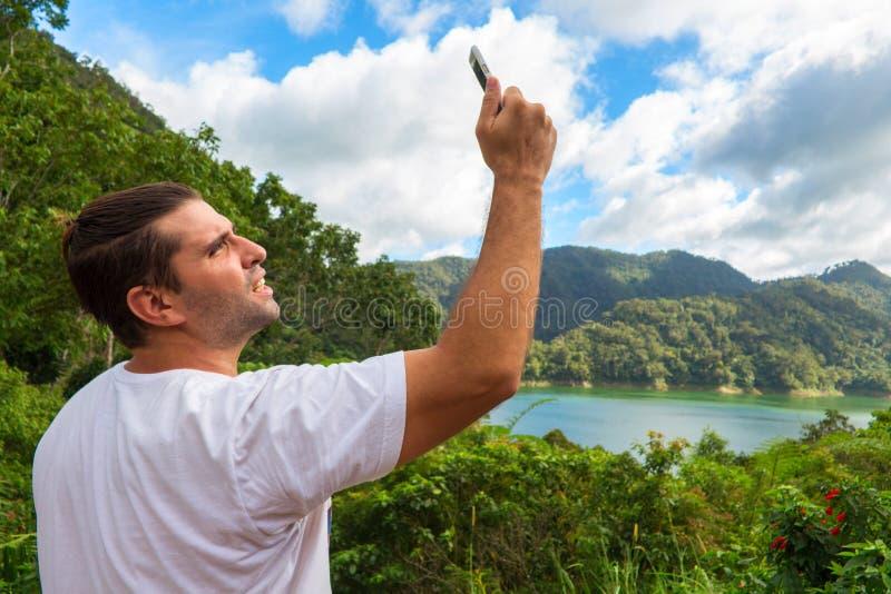 Het zoeken naar mobiele verbinding in wilde aard op vakantie Perfecte dag openlucht stock afbeeldingen