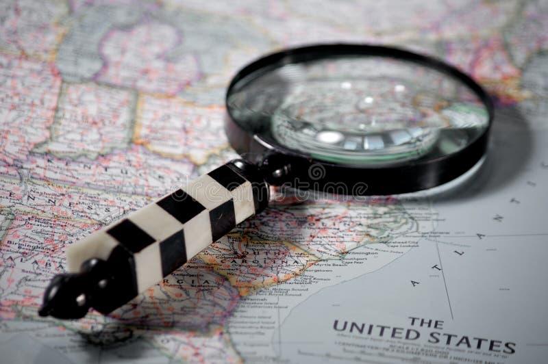 Het zoeken op een kaart stock afbeelding
