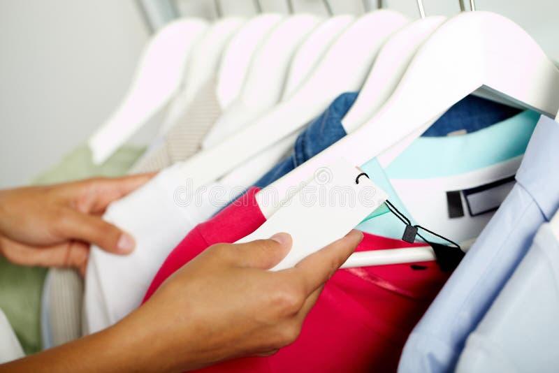 Het zoeken van kleren stock fotografie