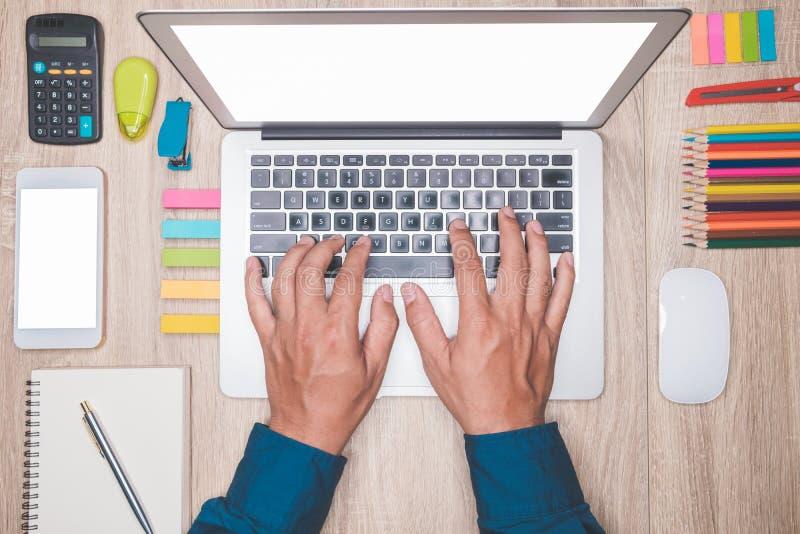 Het zoeken van richting en inspiratie, Zaken die op een kantoor werken stock foto