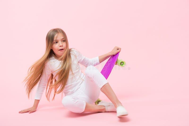 Het zoeken voor extreme vrijheid en aandrijving Aanbiddelijke extreme atleet op roze achtergrond Meisje die van stuiverraad valle royalty-vrije stock fotografie