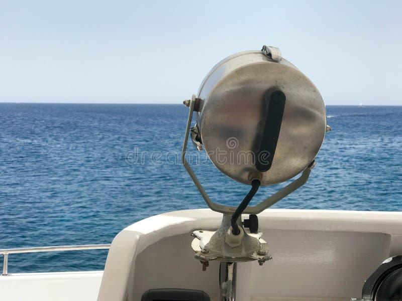 Het zoeklicht is zilveren metaalm van een krachtige lamp opgezet op een schip op de achtergrond van het overzees, oceaan, water royalty-vrije stock foto