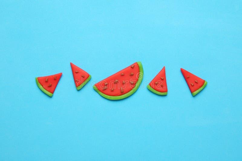 Het zoete art. van de de zomerwatermeloen Rode en sappige plakken op blauwe achtergrond royalty-vrije stock foto's