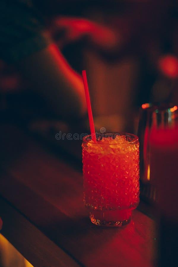 Het zoete Beroemde wit met Auteur van de karamels de oranje plak inspireerde Cocktaildrank - op barteller Geeft dark van de close stock afbeelding