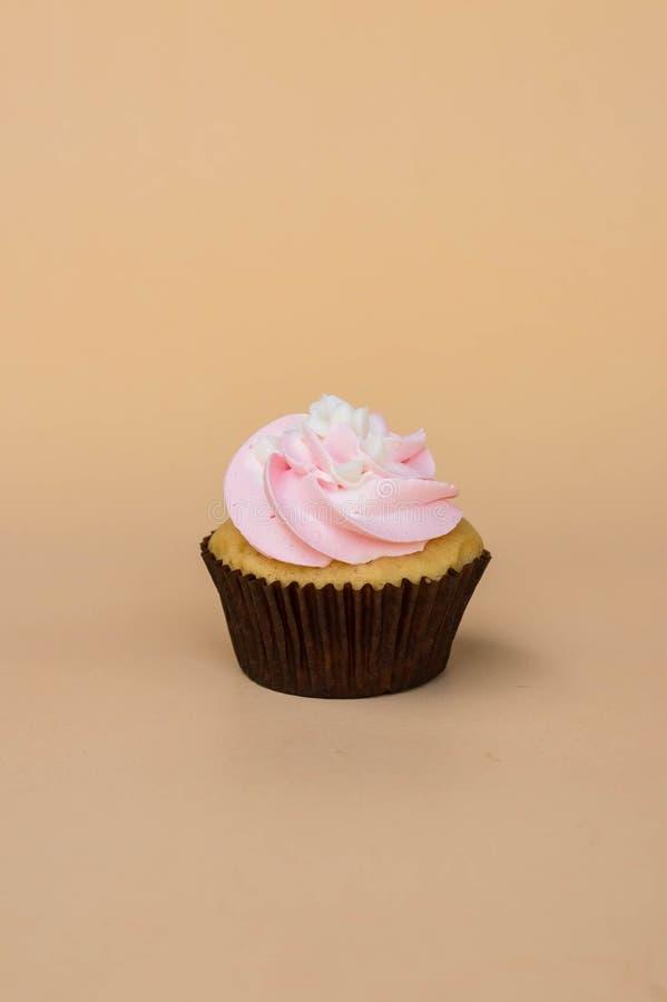 Het zoete dessert van de kopcake op gele ruimte als achtergrond en exemplaar royalty-vrije stock foto