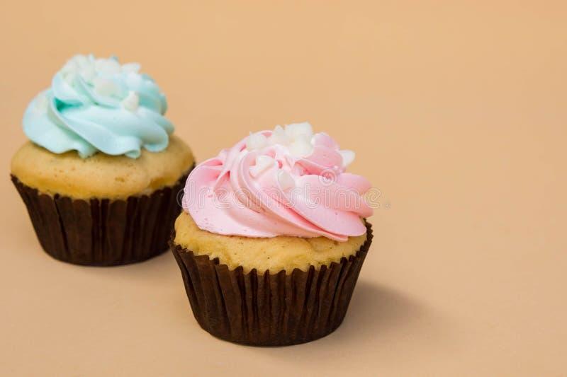 Het zoete dessert van de kopcake op gele ruimte als achtergrond en exemplaar royalty-vrije stock fotografie