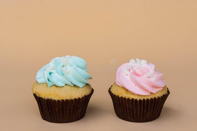 Het zoete dessert van de kopcake op gele ruimte als achtergrond en exemplaar stock foto