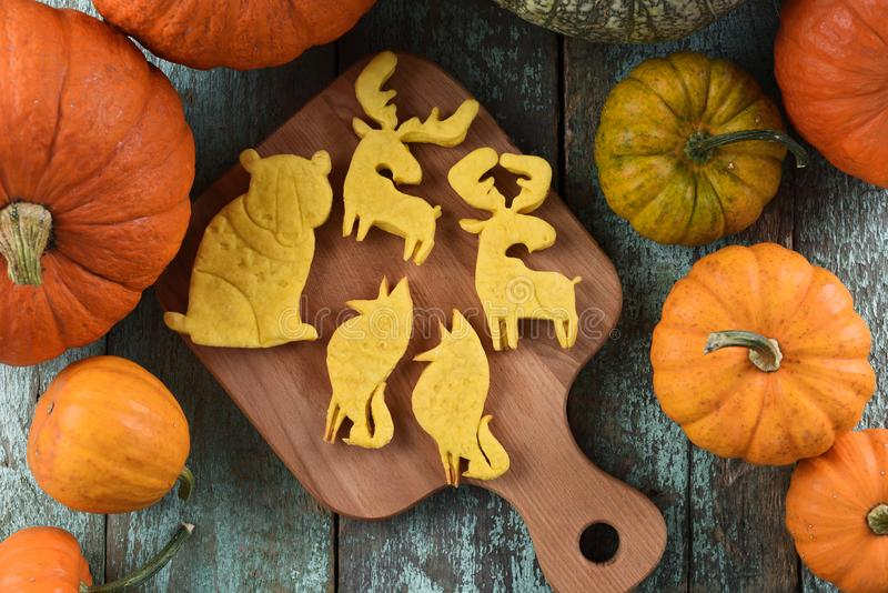 Het zoete eigengemaakte dier vormde koekjes: beer, Amerikaanse elanden, wolf op woode stock foto