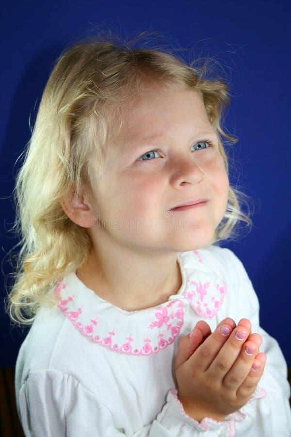 Het zoete meisje bidden. stock fotografie