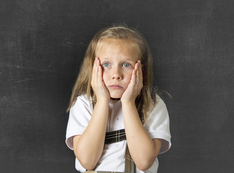 Het zoete ondergeschikte schoolmeisje schreeuwen droevig in de spanning van het kinderenonderwijs en intimiderend slachtoffer stock afbeelding