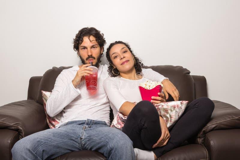 Het zoete paar let thuis op film romantisch Samen en h royalty-vrije stock afbeeldingen
