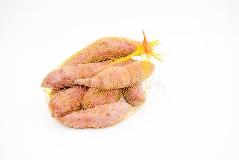 Het zoete purpere fruit van de aardappelwortel op witte achtergrond royalty-vrije stock foto
