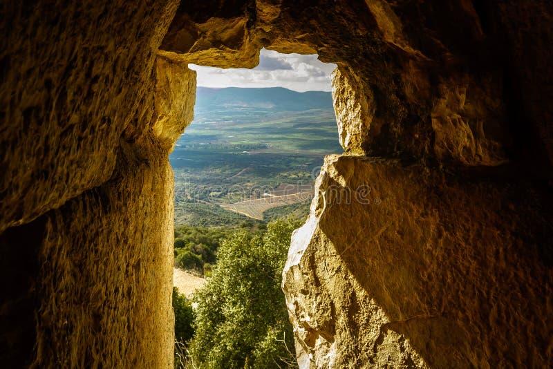 Het zonlicht door oud kasteelvenster, de vallei van het Noordengalilee en de bergen bekijken, Israël stock foto's