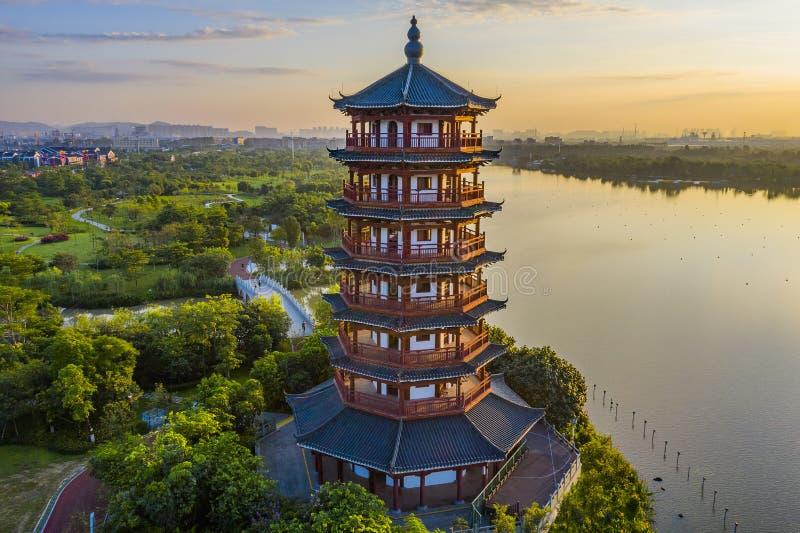 Het zonlicht glanst op de oude pagode door het meer van het park royalty-vrije stock fotografie