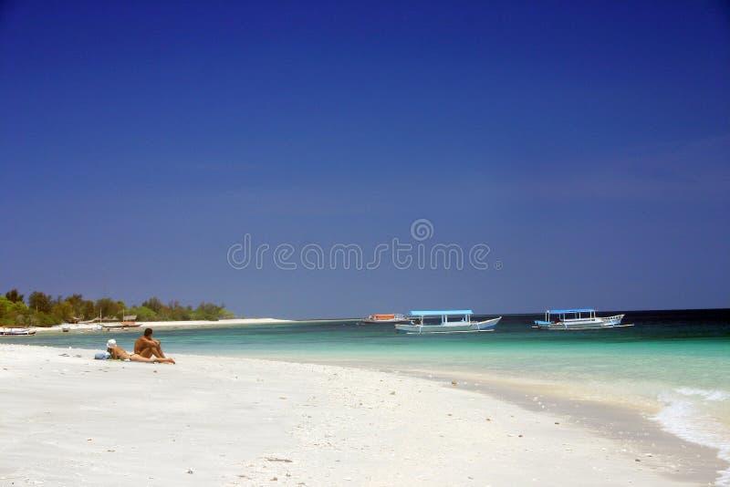 Het zonnebaden bij tropisch Paradijs stock foto