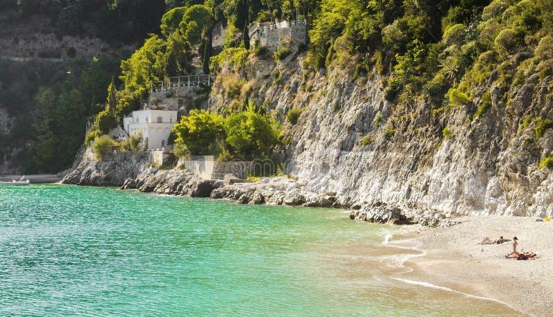 Het zonnebaden op een mooi strand in Amalfi Kust stock fotografie