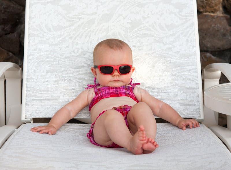 Het zonnebaden van de baby stock foto's