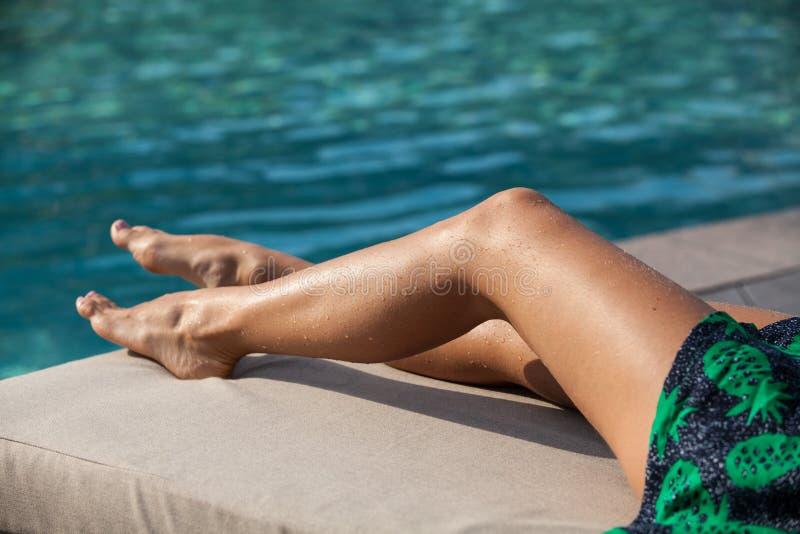 Het Zonnebaden van de vrouw stock foto's