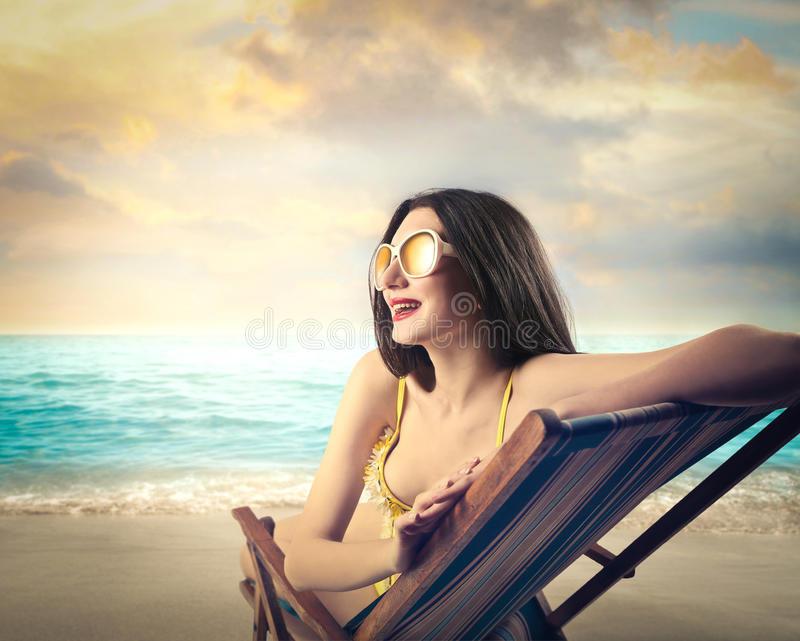 Het Zonnebaden van de vrouw stock afbeelding