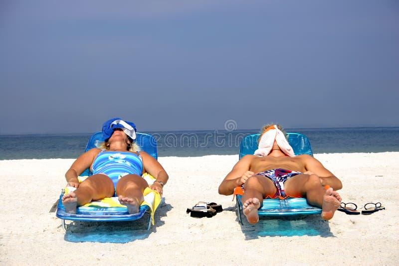 Download Het Zonnebaden Van Het Paar Stock Afbeelding - Afbeelding bestaande uit overzees, slaap: 294675