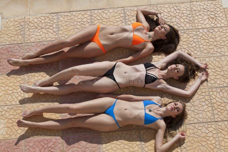 Het zonnebaden van vrouwen stock foto