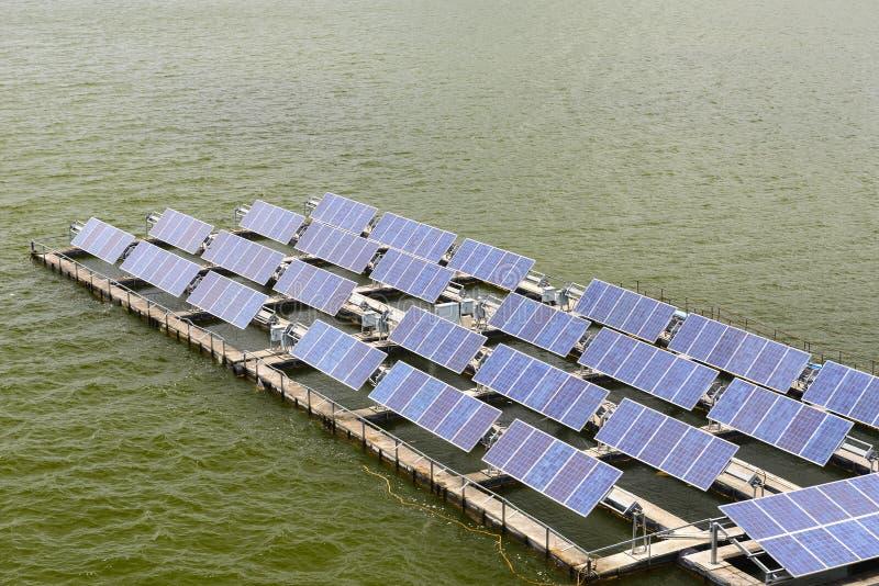 Het zonnepaneel die op het water drijven stock afbeelding